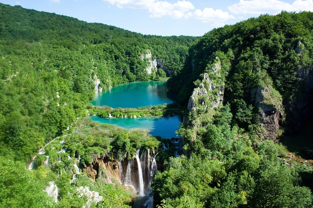 1080px-Plitvice_Lakes_National_Park_(2)
