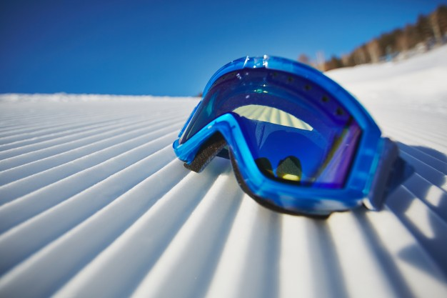 close-up-snowboarding-glasses-snow_1098-3976